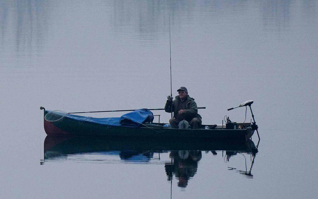 Pêche en barque en amont du barrage de Grosbois.